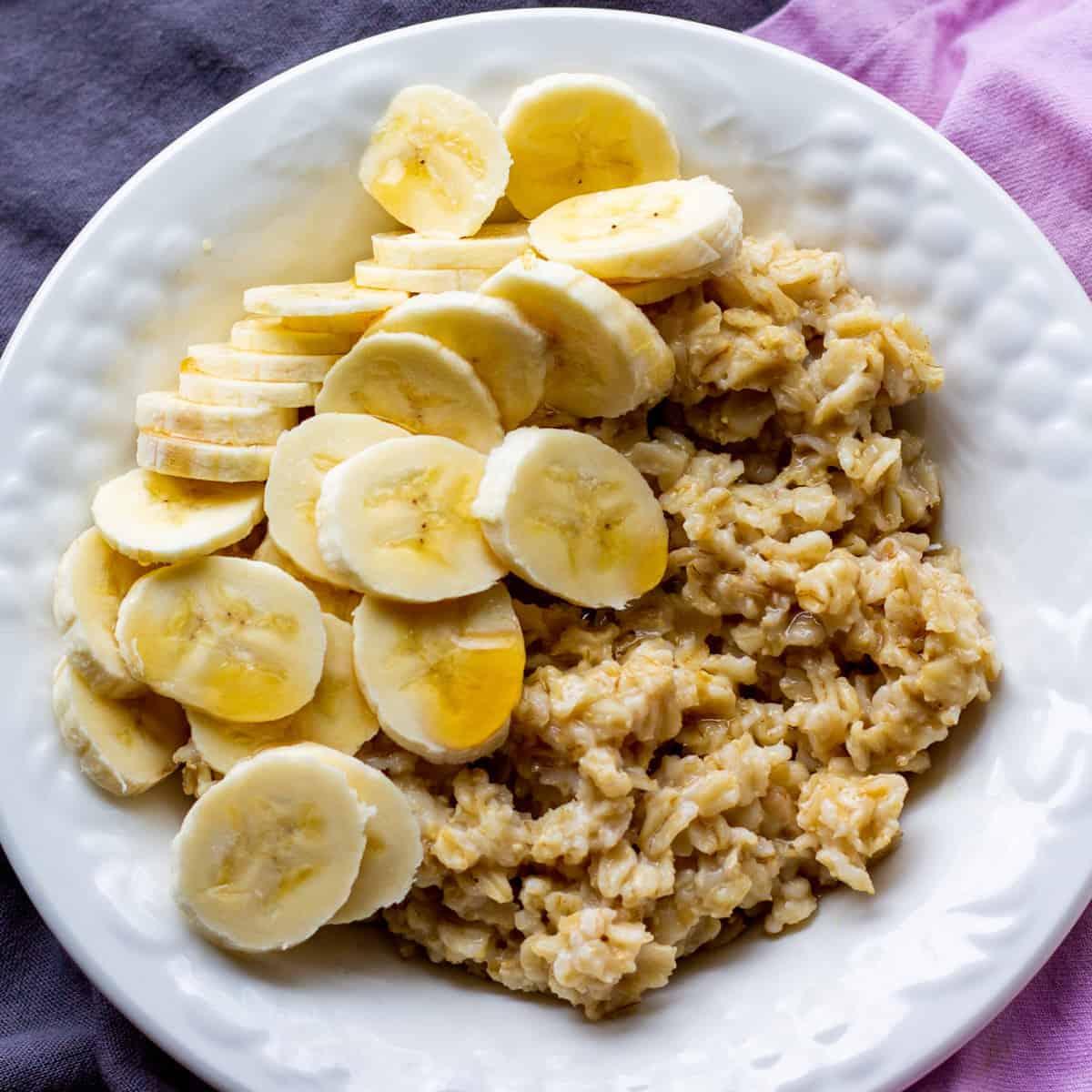 oatmeal with sliced bananas